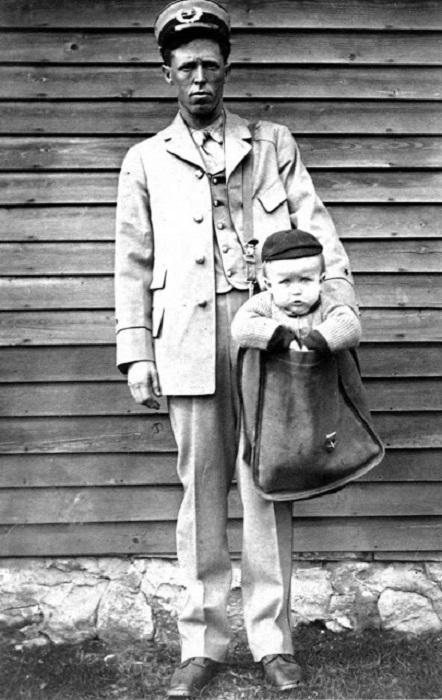 Почтмейстер с живой «посылкой».   Фото: vintag.es.