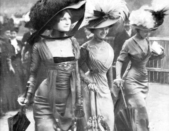 В 1908 году появились первые «полуголые» платья.