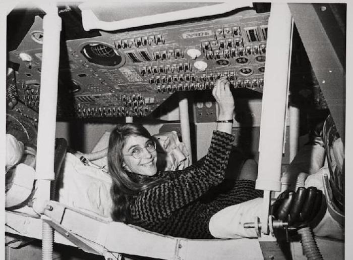 Гамильтон во время её пребывания в качестве ведущего разработчика ПО для Аполлона. | Фото: mymodernmet.com.