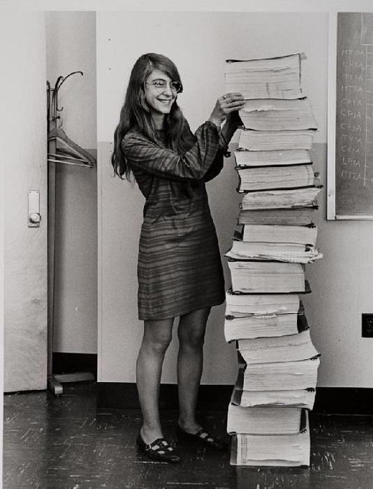 Margaret Hamilton и написанный ею программный код для проекта Apollo. | Фото: mymodernmet.com.
