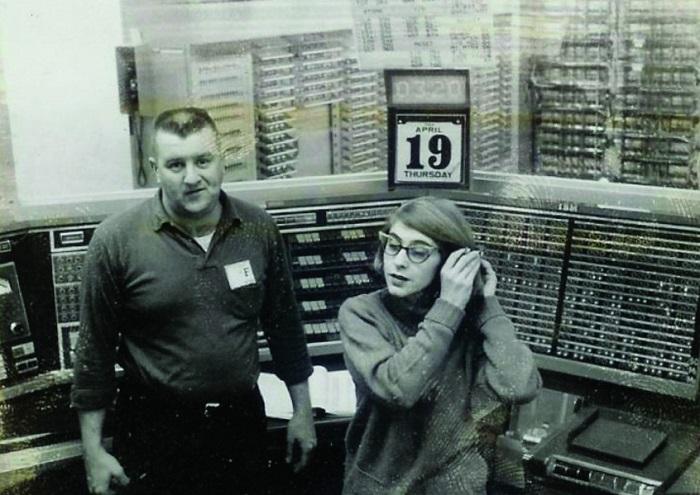 Маргарет Гамильтон и ее коллега перед прототипом компьютера XD-1 AN/FSQ-7 SAGE. | Фото: nebeep.com.