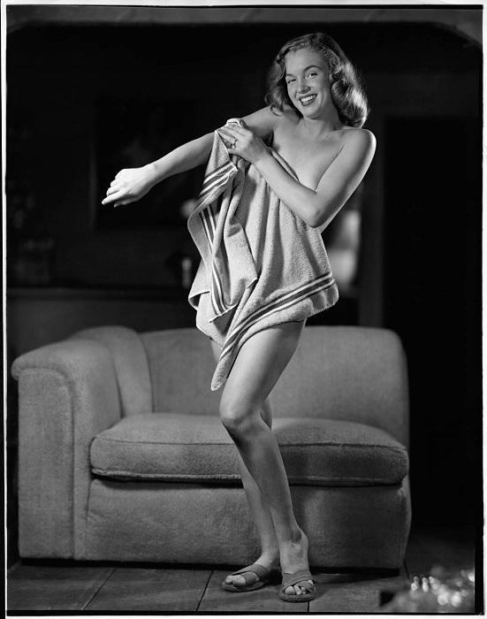 Мэрилин Монро позирует для пин-ап-плакатов. | Фото: messynessychic.com.