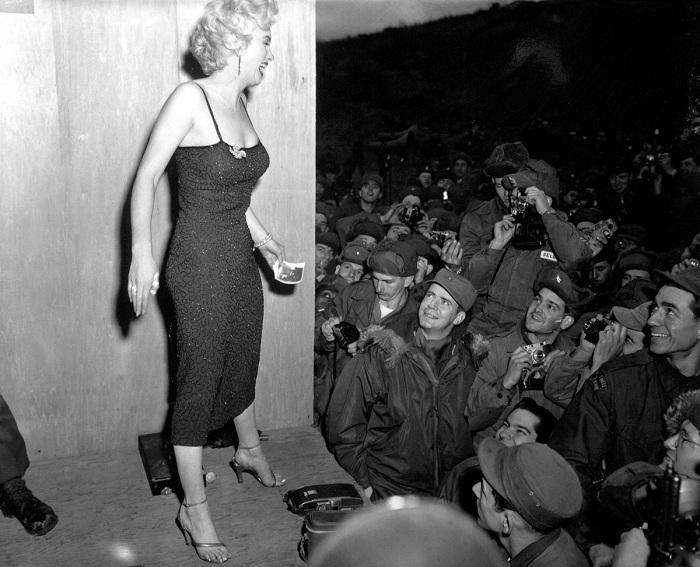 Выступая зимой в легком платье, актриса заработала воспаление легких. | Фото: mashable.com.