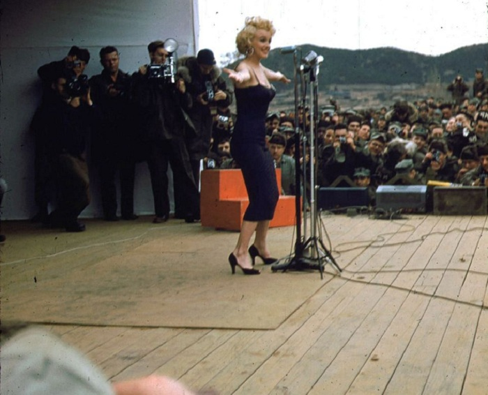 Артистка выступала на сцене в летнем платье в феврале. | Фото: mashable.com.