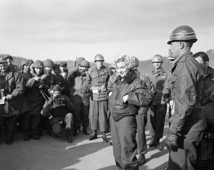 Мэрилин Монро встречается с американскими солдатами в Корее в 1954 году. | Фото: mashable.com.