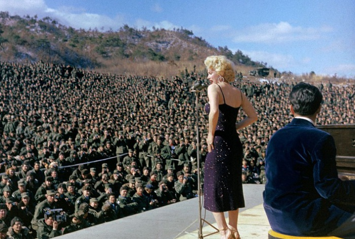 Выступление Мэридин Монро перед американскими солдатами в Корее (1954). | Фото: mashable.com.
