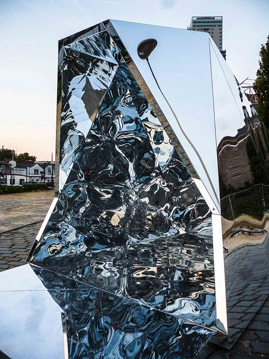 Зеркальная арт-установка в Брюсселе.