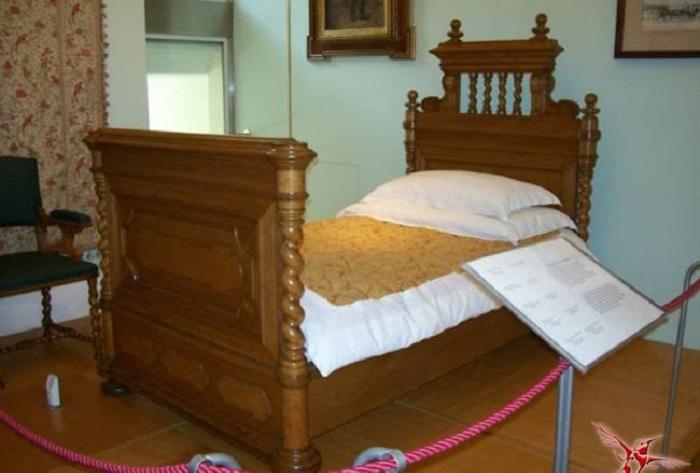Кровать в замке Майерлинг, на которой произошла трагедия. | Фото: vestnikk.ru.