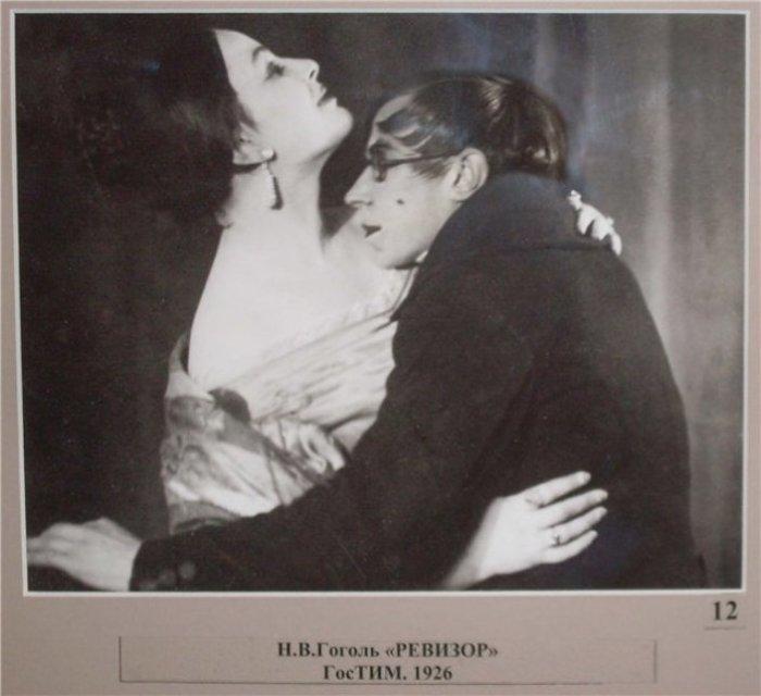 Всеволод Мейерхольд со своей супругой и актрисой Зинаидой Райх в постановке «Ревизор». | Фото:otzyv.ru.