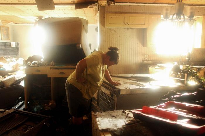 Снимок Мелани Мартинез в разрушенном ураганом доме. | Фото: mtdata.ru.