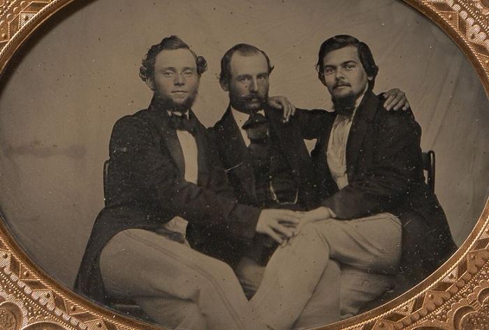 Мужчины в обнимку, 1860-е гг. | Фото: mashable.com.