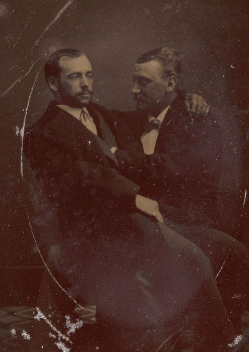 Мужчина, сидящий на коленях у другого, 1880-е гг. | Фото: mashable.com.
