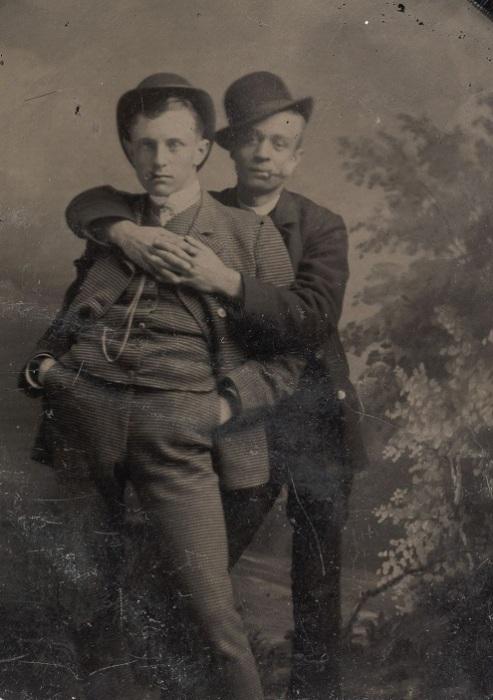 Мужчины, позирующие в объятиях друг друга, 1880-е гг. | Фото: mashable.com.