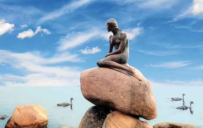Скульптура Русалочки в Копенгагене. | Фото: mc.com.ua.