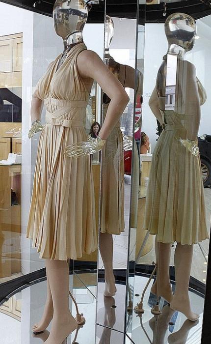 Платье Мэрилин Монро от времени потускнело. | Фото: kp.by.