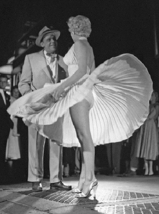 Кадр со съемочной площадки, где Мэрилин Монро играет в фильме «Зуд седьмого года» (1955). | Фото: thevintagenews.com.