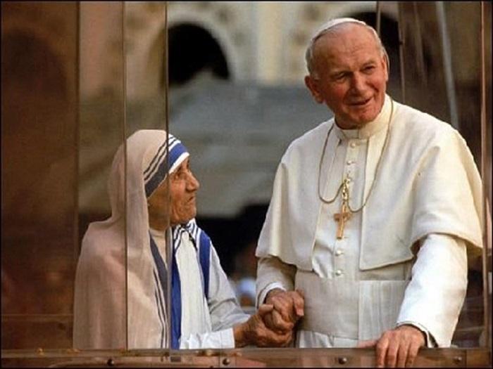 Мать Тереза держит за руку Папу Римского Иоанна Павла II. | Фото: i.obozrevatel.com.