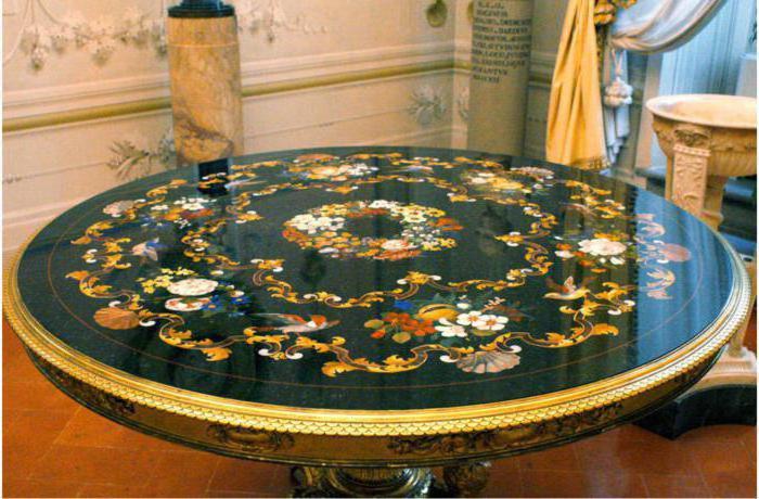 Столешница, выполненная в технике флорентийской мозаики. | Фото: aikido-mariel.ru.