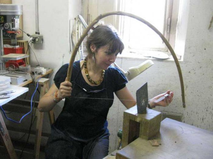 Для распиливания камня применяется пила, напоминающая лук с тетивой. | Фото: fb.ru.