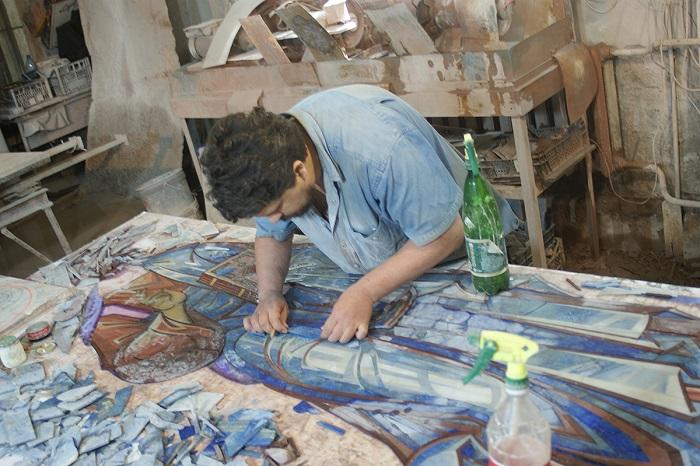 Процесс создания мозаики. | Фото: fl-mozaika.ru.