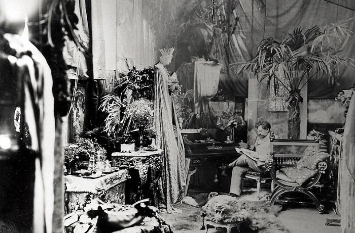 Альфонс Муха в своей студии в Париже.   Фото: messynessychic.com.