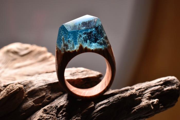 Перстень из дерева, эпоксидной смолы и пчелиного воска.
