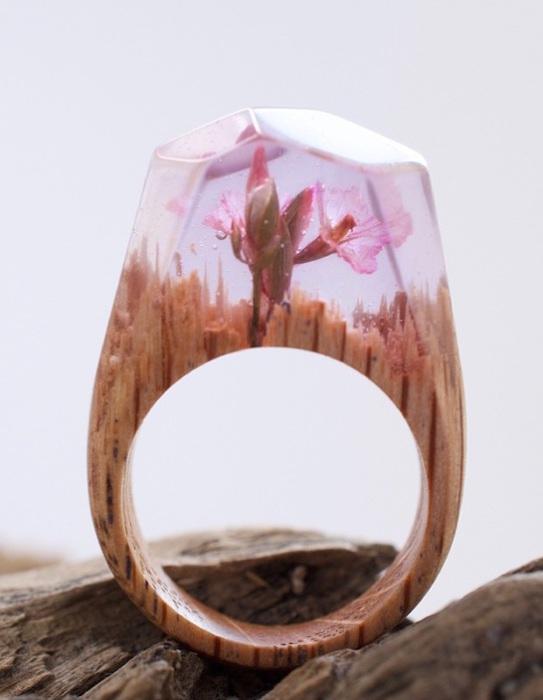 Деревянный перстень с цветком внутри.