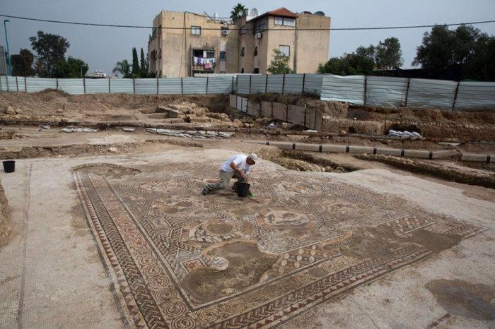 В Израиле нашли древнюю мозаику во время ремонтных работ.