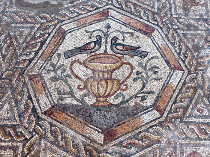 Прекрасный мозаичный сюжет возрастом 1700 лет.