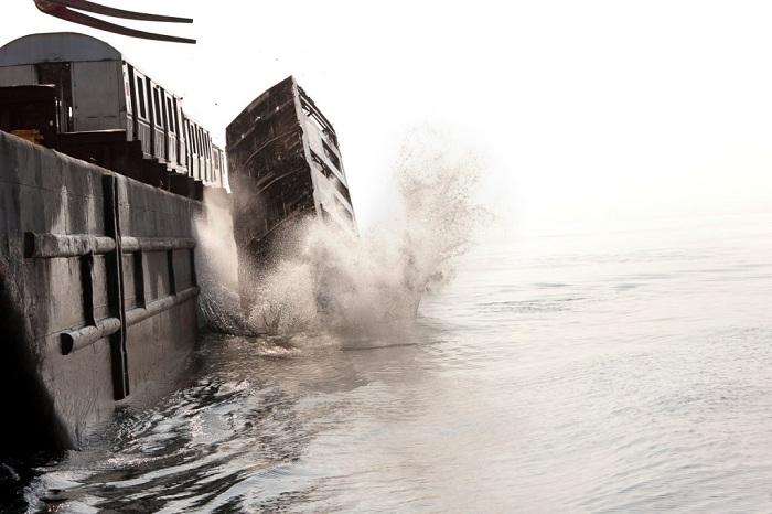 В США сбросили в океан более 2,5 тысяч старых вагонов.