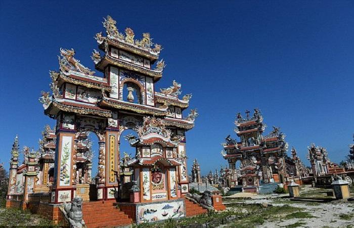 Потрясающие мавзолеи во вьетнамской деревне.   Фото: todaytv.vn.