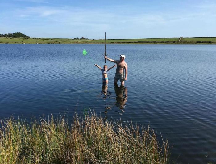 Матильда Джонс - девочка, нашедшая меч в озере. | Фото: thesun.co.uk.