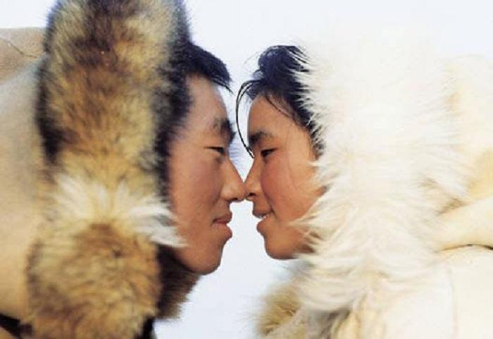 Эскимосы целуются носами. | Фото: hohmodrom.ru.