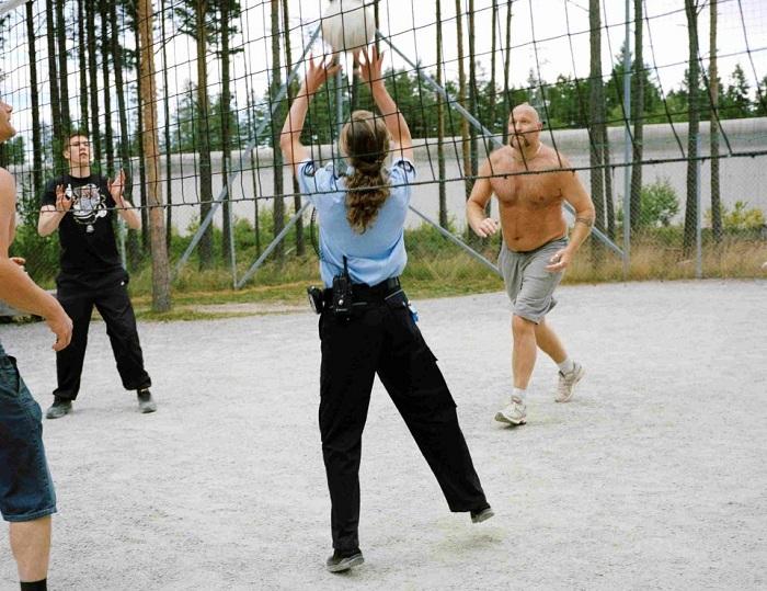 Тюрьма в Норвегии. Охранники играют с заключенными в волейбол.