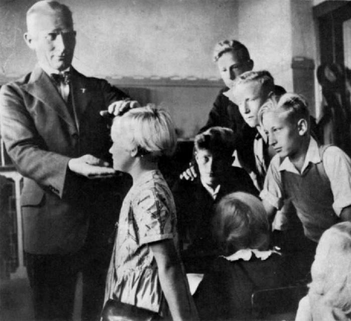 Детей из восточной Европы осматривает немецкий врач. | Фото: messynessychic.com.