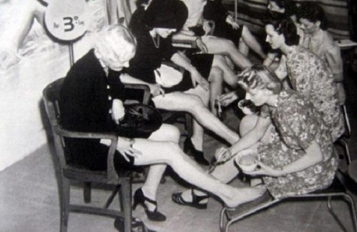 Для имитации чулков на ногах, женщинам необходимо было вначале сделать депиляцию. | Фото: yaplakal.com.