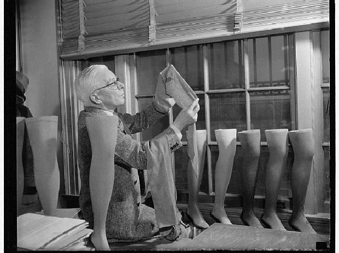 Технолог проводит экспертную оценку нейлоновым чулкам. | Фото: thevintagenews.com.