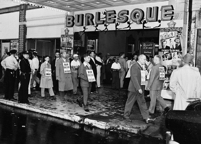 Пикет против открытия бурлеск-театра the Reade Paramount Theater в Нью-Йорке 28 июня 1953 года.