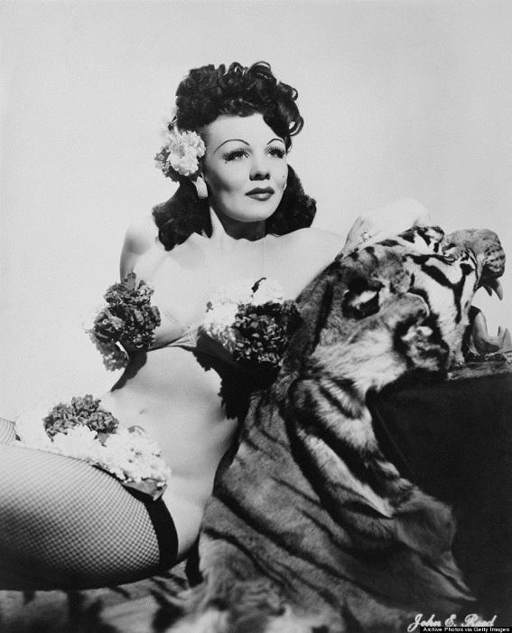 Артистка бурлеска Лонни Юнг (Lonnie Young) в цветочном бикини, 1950 год.
