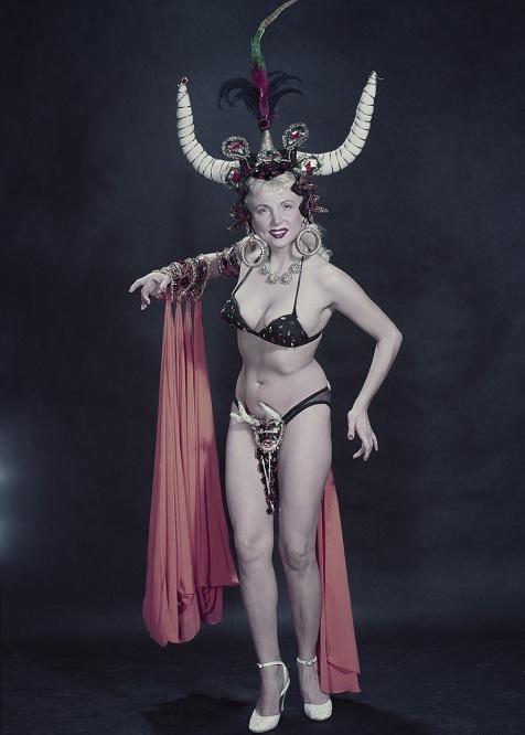 Танцовщица бурлеска в экзотическом наряде, 1955 год.