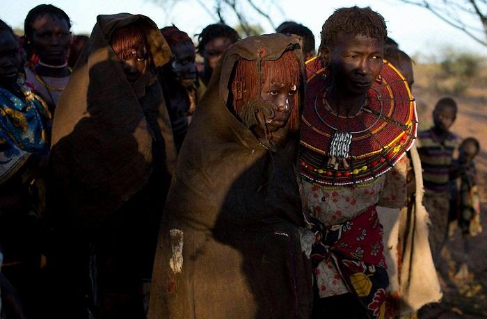 Варварский обряд обрезания девочек.