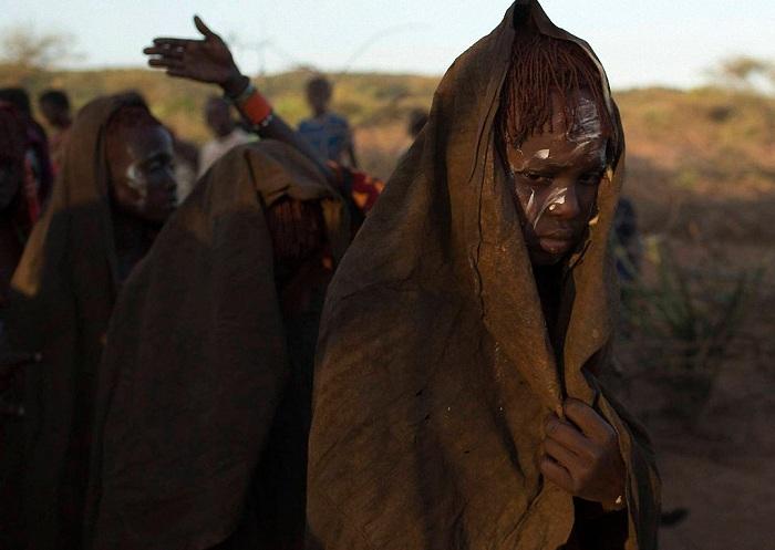 Обрезание девочек в кенийском племени Pokot.