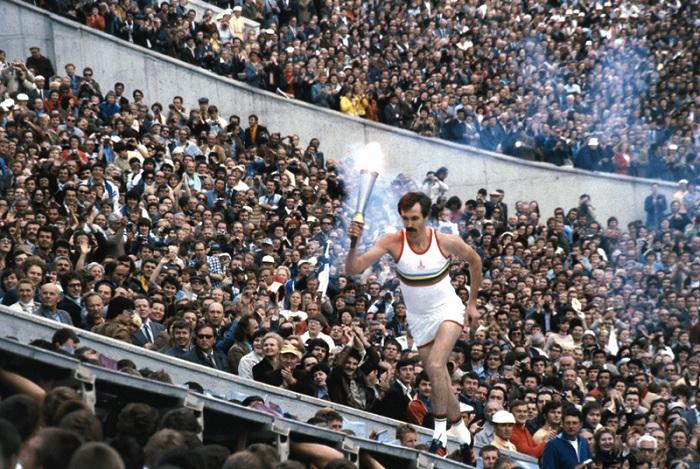 Сергей Белов с олимпийским факелом в руках. | Фото: img-fotki.yandex.ru.