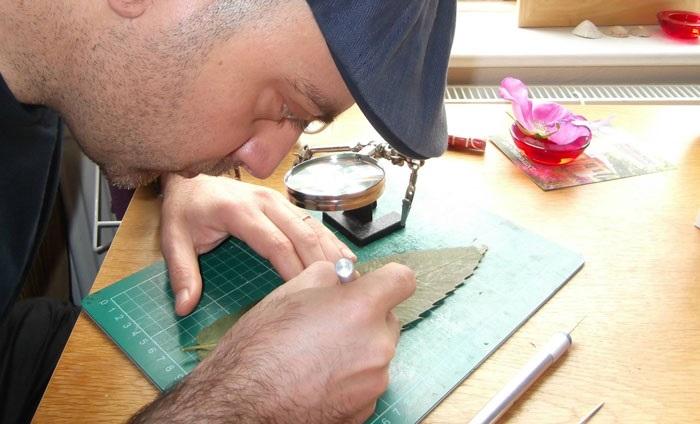 Процесс вырезания узора на сухом листе.