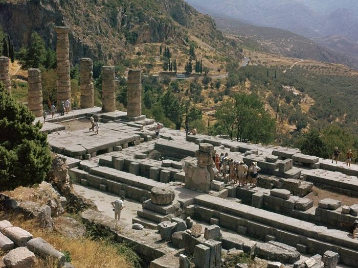 Развалины храма бога Аполлона в Дельфах. | Фото:allday.com.