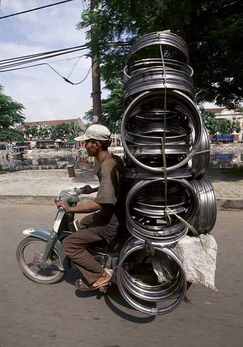 Мотоцикл, перегруженный металлоломом.