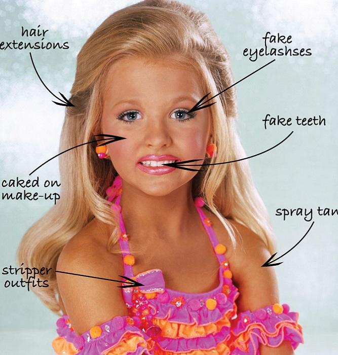 Чтобы подойти под стандарты конкурса красоты, девочка выходит на подиум с накладными ресницами, волосами, ненастоящими зубами, с слоем автозагара и плотным макияжем. | Фото: childbeautypageantscons.blogspot.com.