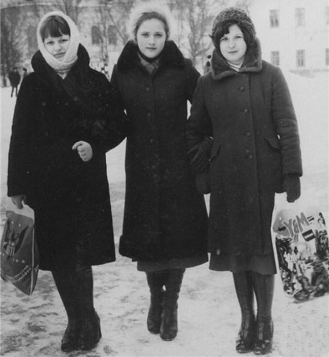 Некоторые советские женщины носили пакеты вместо сумочек.| Фото: s9.stc.all.kpcdn.net.