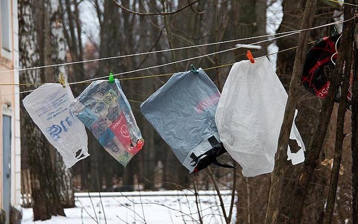 Пакеты стирали и сушили на веревках как белье. | Фото: gorvrn.ru.