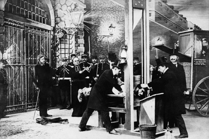Гильотина - устройство для казни, популярное в конце XVIII-XIX вв. | Фото: f19.ifotki.info.